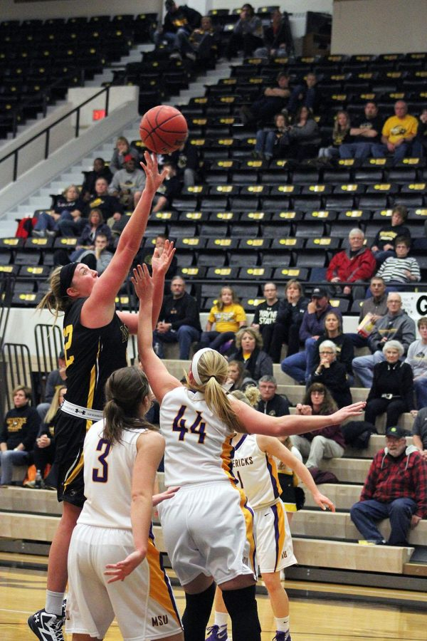 The Wayne Stater : WSC women lose to the Golden Bears, but ...