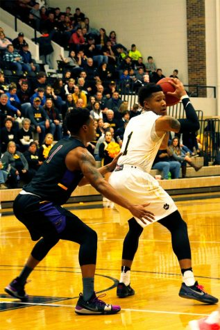 Men's basketball has 1-1 weekend after two close road games
